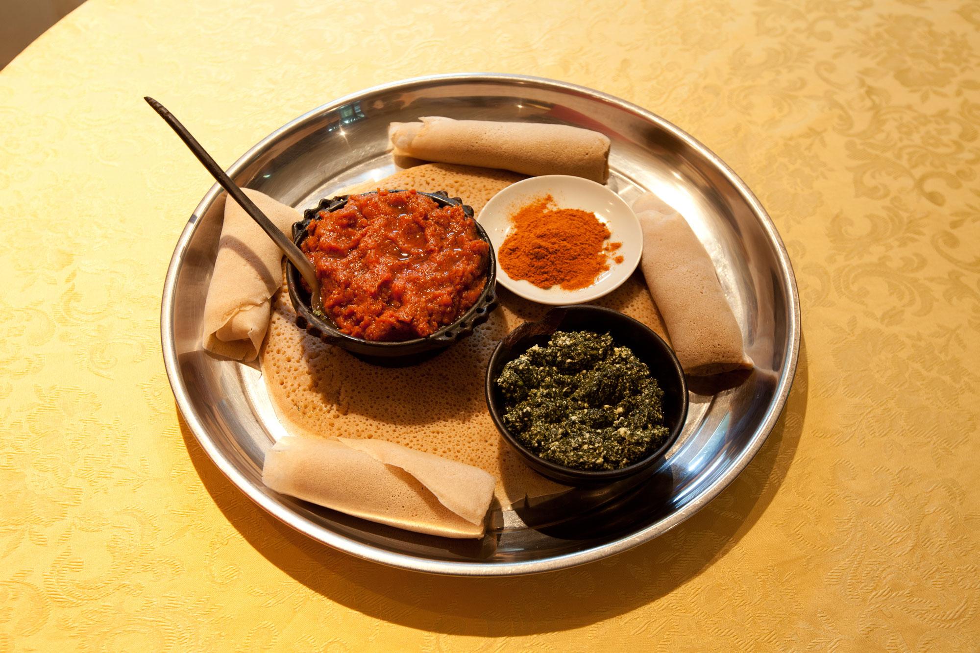 Kitfo ist ein Hackfleischgericht, welches roh, leicht angebraten oder gut durchgebraten gegessen werden kann. Es ist mit der rassigen Gewürzmischung Mitmita und Niter Kibe - einer Art Gewürzbutter - mariniert