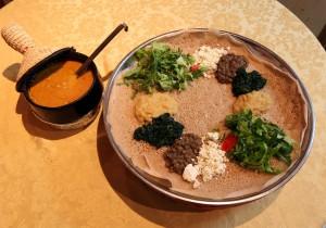 Bejaienetu (Veggie). Die äthiopische und eritreasche Kirche verbietet - wie die meisten orthodoxen Kirchen - den Genuss von tierischen Produkten mittwochs und freitags, sowie während der Fastenzeit. An diesen Tagen wird von den gläubigen Christen Linsen Pürée oder Kichererbsen Pürée verspeist. In Restaurants werden dementsprechend rein vegetarische Gerichte serviert, bei denen verschiedene Gemüsesorten in unterschiedlichsten Kombinationen zubereitet werden - wie etwa das im Bild gezeigte Bejienetu.