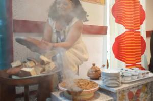 Kaffeezeremonie. Im Land angebauter Kaffee, der traditionell frisch geröstet und in einer besonderen Kanne (Jabana) ausgeschenkt wird. Bei jeder Kaffeezeremonie, die mehrmals am Tag in fast allen Haushalten stattfindet, ist der Duft von Weihrauch ein fester Bestandteil. Beim Abbrennen der Weihrauch erfüllt der angenehme und stimulierende Geruch den ganzen Raum.